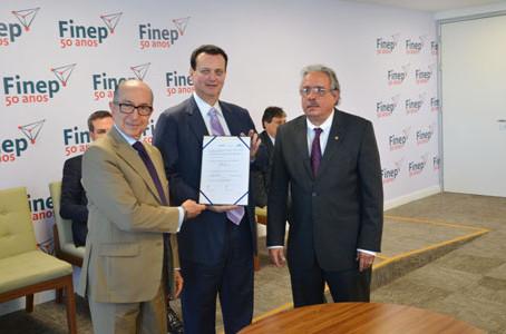 Nesta segunda-feira (19/12) assinei três convênios no valor de R$ 234,8 milhões.