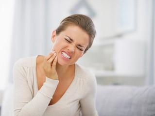 Bebidas e alimentos estão causando dor?  Você pode estar com sensibilidade nos dentes.