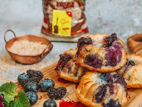 Muffin de Arroz Albaruska Integral com frutas vermelhas e calda.