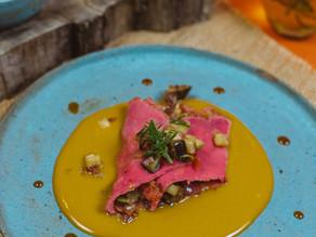 Crepe de Arroz de Pilão Albaruska com recheio de legumes ao molho de mostarda e  melaço.