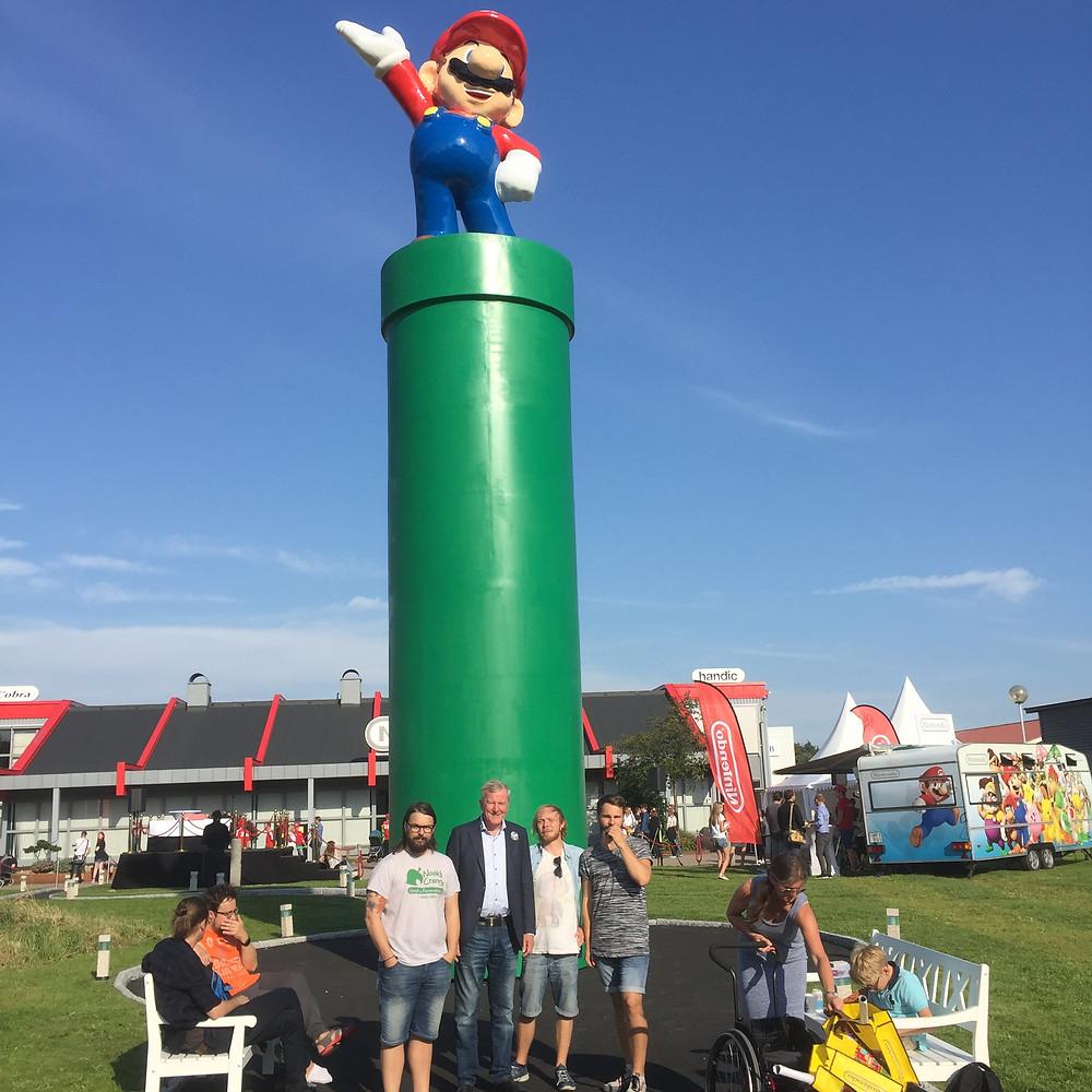 Vi och Owe framför nya Mariostatyn