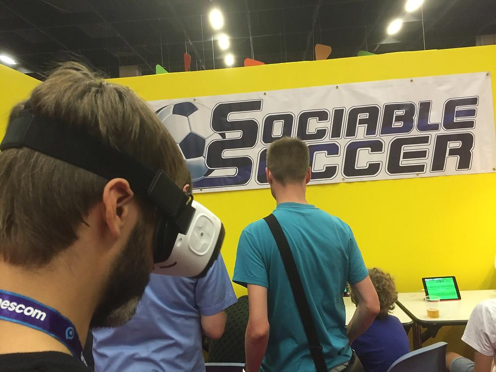 Andrew spelar Sociable Soccer i VR