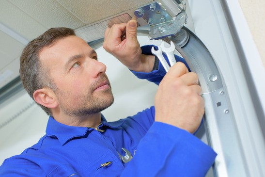 How to fix a stuck or noisy garage door in 5 points
