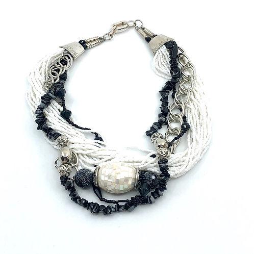 Cache-cou, pierres obsidiennes noires, nacre de perle et chaîne argent.