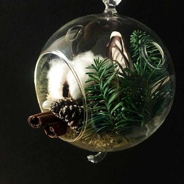 Стеклянный шар с хвоей
