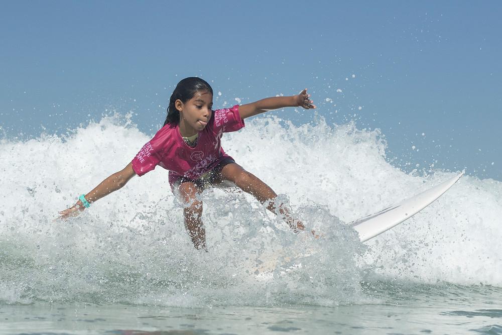 Surfista Sofia Tinoco de lycra da Rising Tides