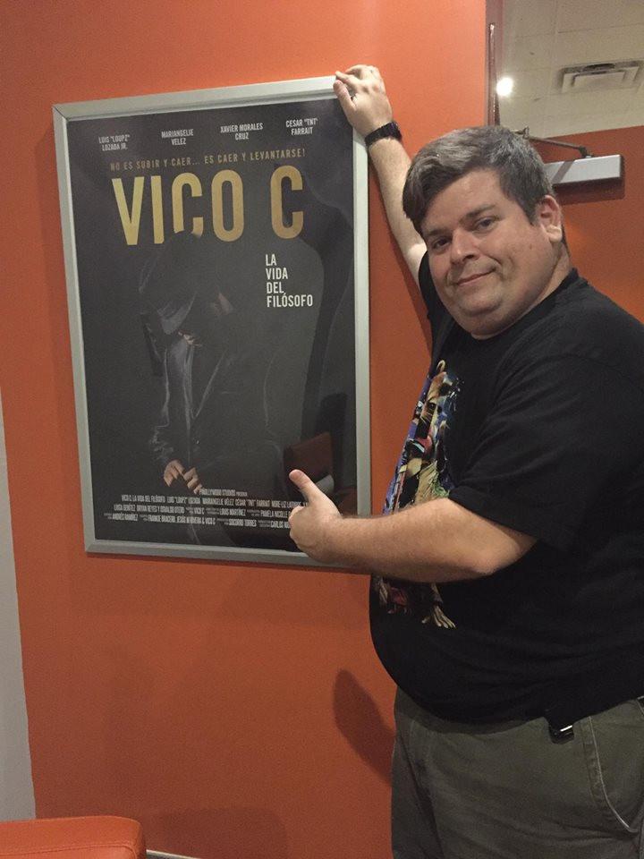 Rafael Serra junto al poster de la película de Vico C.
