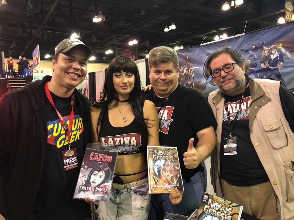 Un fan de Laziva se toma foto con Laziva (Luna Ramírez, Rafael Serra y Scorp Jimenez)
