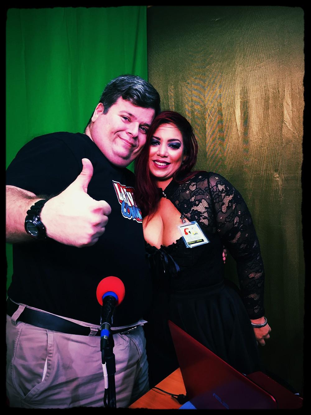 Rafael Serra, creador de Laziva, posa junto a la bella Dolly, en el set del programa Fandom Boricua.