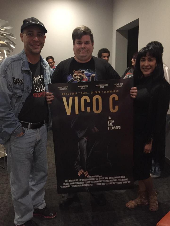 Transfor Ortiz, director de la película Vico C, Rafael Serra y Sonia, la esposa de Vico C.