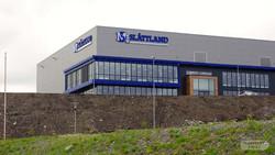 Slåttland fasadeskilt på bygg