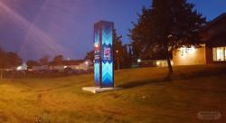 Lysende byportal med 4 sider i glass