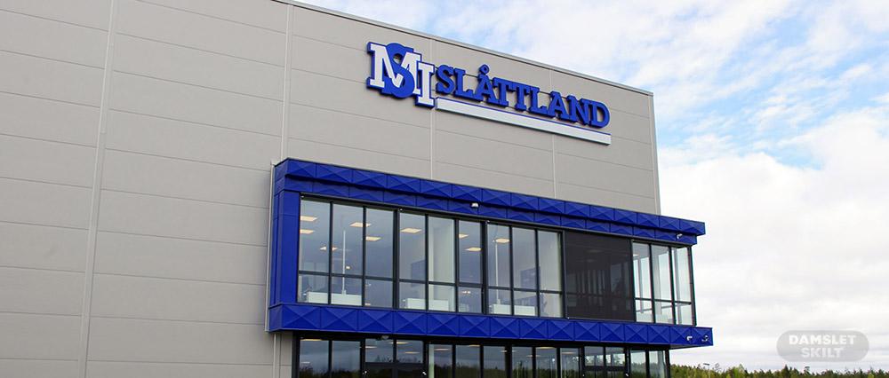 Fasadeskilt hos Slåttland
