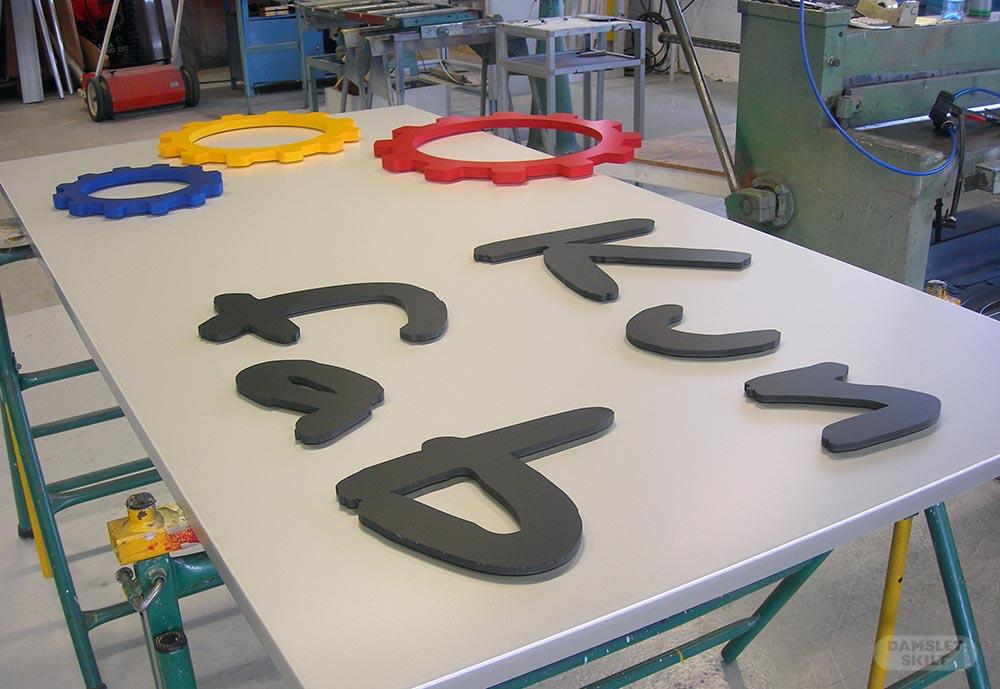Utfreste bokstaver på panelskilt