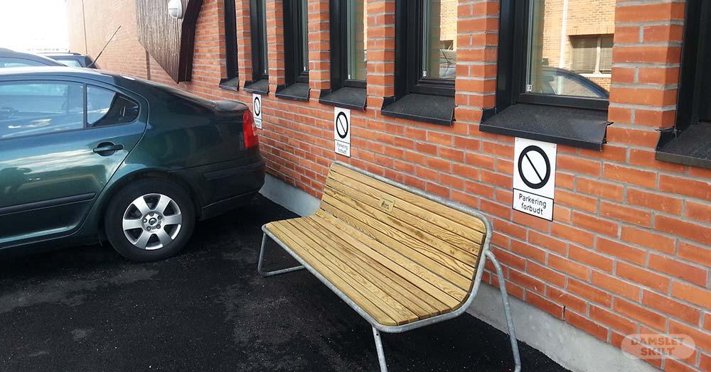 Parkeringsskilt med symbol på vegg