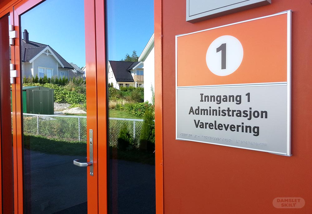Universelt utformet dørskilt orange