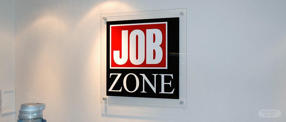 Kontorskilt i akryl på vegg hos Job Zone