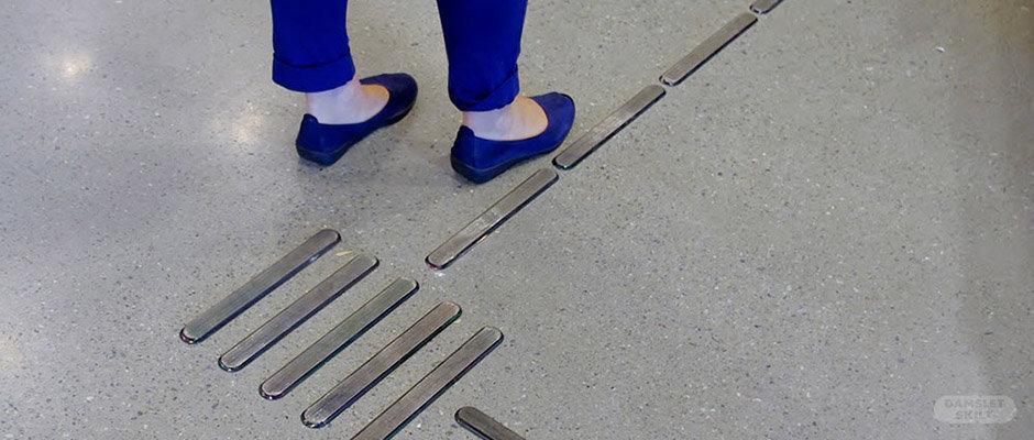 Ledelinjer på gulv med person