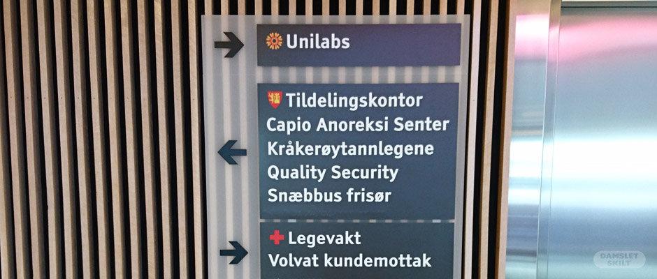Universelt utformet henvisningsskilt hos Helsehuset i Fredrikstad