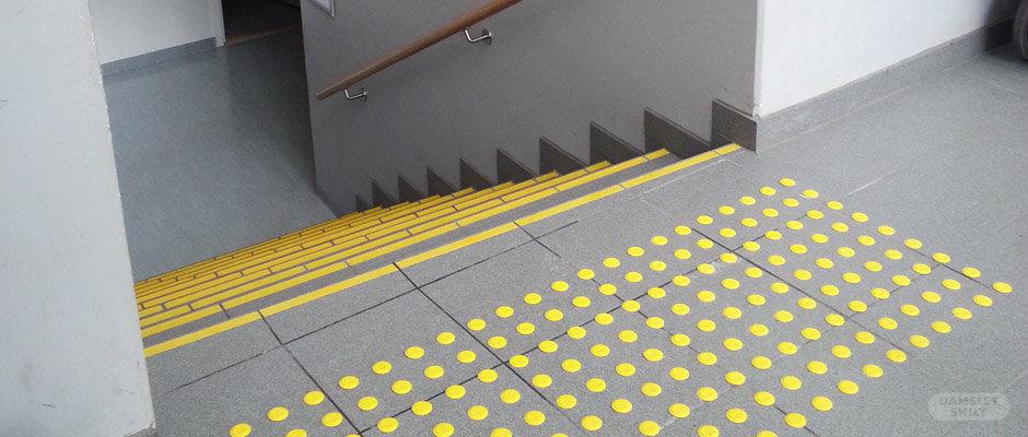 Trappesikring i gult med trappeneser og farefelt