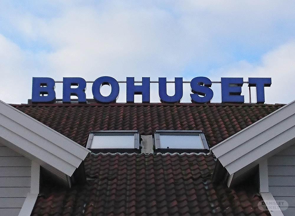 Lysbokstaver tilbake på taket