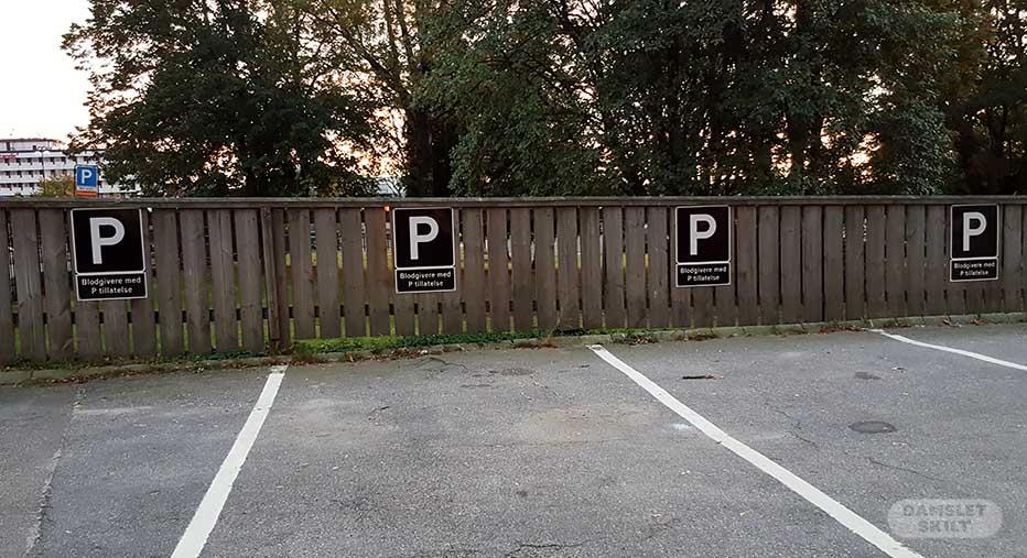 Parkeringsskilt på vegg