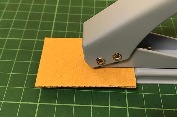 こちらは事務用品のパンチ。(直径6mm)