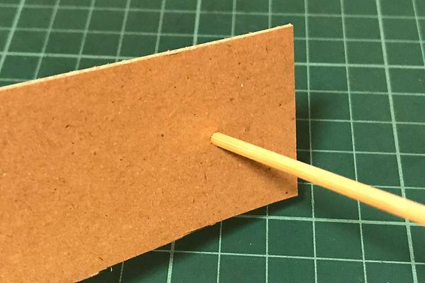 埋めた穴に竹串を刺します。  
