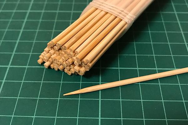 穴の形を整えるために、竹串を使います。  