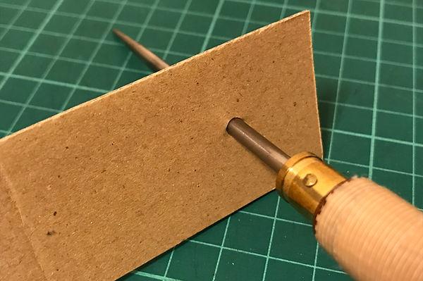 キリで穴をあけたあと、竹串ではなく千枚通しを使います。