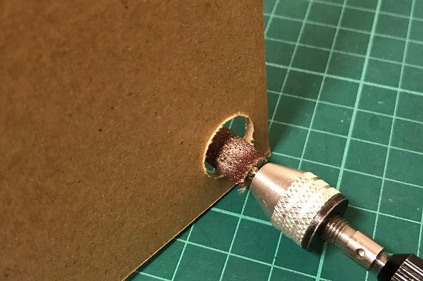 ヤスリを回転させ、バリを削って整えます。