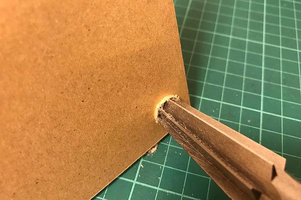 キリで穴をあけた後、ハンドリーマ―でゴリゴリ削ります。