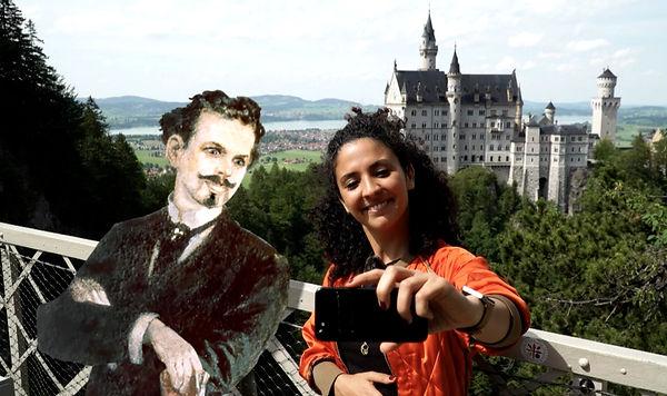Das Foto zeigt eine Bildcollage von König Ludwig und Siam von der Sendung mit der Maus (WDR/ARD) vor Schloss Neuschwanstein.