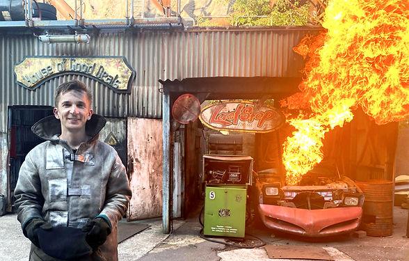 Pur+ Reportager Eric Mayer bei einem Feuerstunt vor einem brennenden Auto