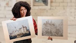 Das Foto zeigt Siam von der Sendung mit der Maus mit zwei Darstellungen des Schlosses Neuschwanstein.