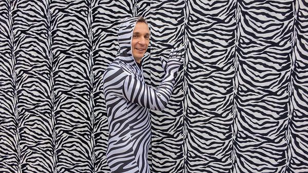PUR+ Reporter Eric Mayer in einem Zebra Tarnanzug bei den Dreharbeiten zur TV Sendung für das ZDF.