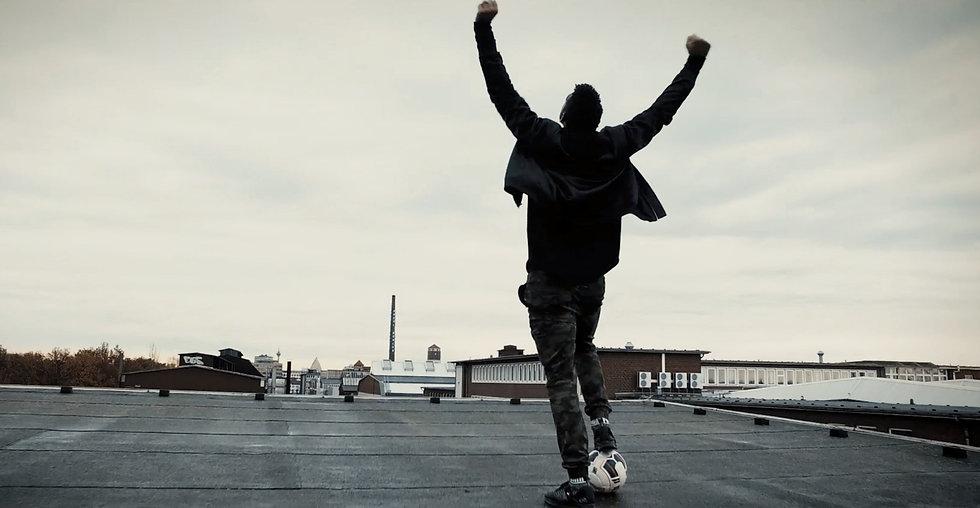 Dieses Foto zeigt einen Mann auf dem Dach eines Industriegebäudes bei Dreharbeiten zu einem Imagefilm.