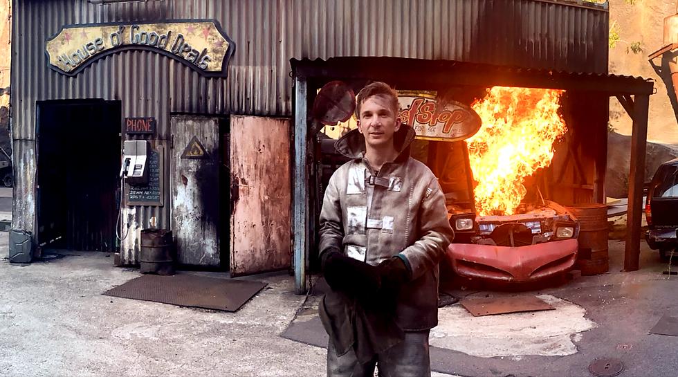 Dieses Foto zeigt PUR+ Reporter Eric Mayer (ZDF) bei den Dreharbeiten zu einer Folge über Actionfilme.