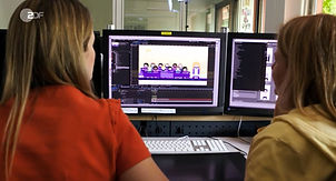 Das Foto zeigt Redakteurinnen der ZDF Kindernachrichten logo! bei der Besprechung des täglichen grafischen Erklärvideos.