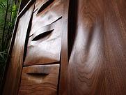 千葉インテリアの国産オーダー家具は特殊な技法で木材の表面に波形を施すことで、木材の持つ木目のおもしろさを出した従来にない価値観のある家具です。
