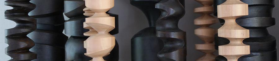 Samuel LATOUR Série Collision, recherche autour du graphème, sculpture, volume, graphisme, cylindre, totem, caractère, attitudes, bois, matériaux composite.