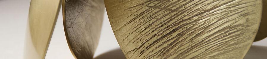 Samuel LATOUR Éclat bronze brillance texture matière minéral fossile brisé cassure empilement sculpture fonte de bronze equilibre composition abstract abstrait art contemeporary art contemporain samuelatour @samuelatour