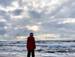 Vinterpromenad utmed havet