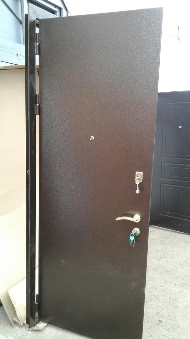 Дверь с двумя замками