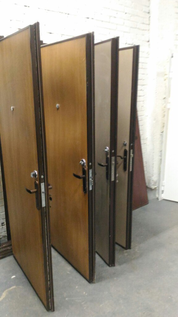 Двери с панелями и замками
