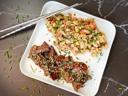 Roślinny Qurczak Teriyaki z ryżem smażonym z warzywami