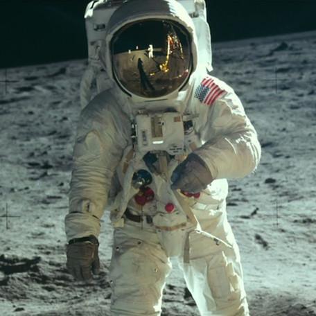 REPORTAGEM | As viagens literárias do homem à Lua
