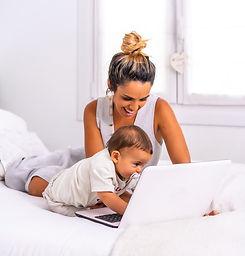jeune-mere-son-fils-dans-chambre-au-dessus-du-lit-faisant-appel-video_242111-2495.jpg
