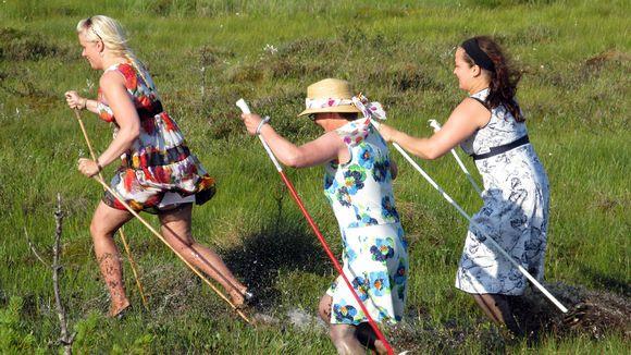 вариант нордической ходьбы, только по болоту