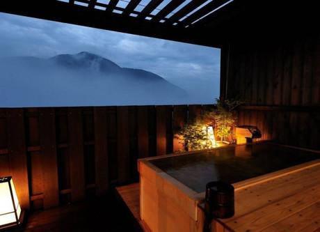 Gora-Tensui-Rotemburo-night-768x511.jpeg
